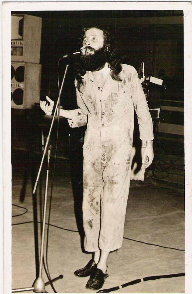 Rahmetli Cem Karaca sahnede... Kimbilir hangi duygularla ne gibi mesajlar veriyor... Asil Türk tarafından gönderildi