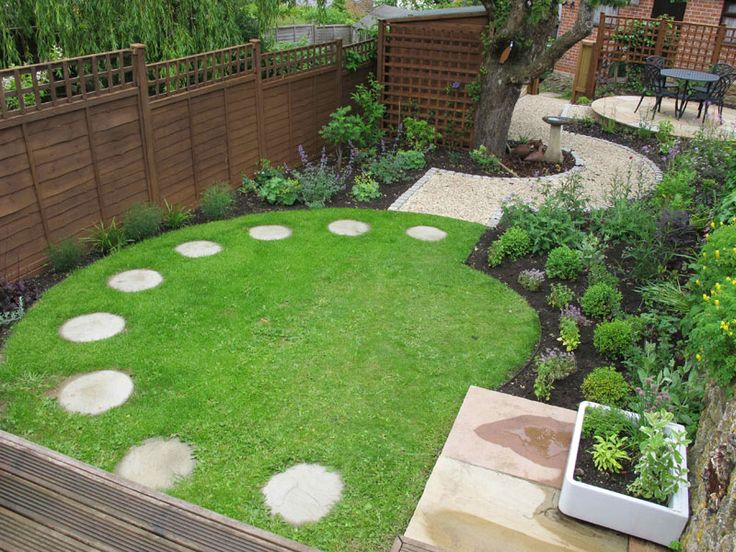 Round design in a rectangular garden. Lawns don't have to be square