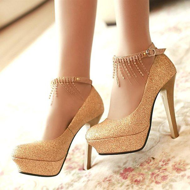 Золотые туфли на каблуках / Gold high heel shoes