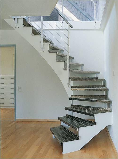 escalera con peldaos de aluminio y barandilla de vidrio