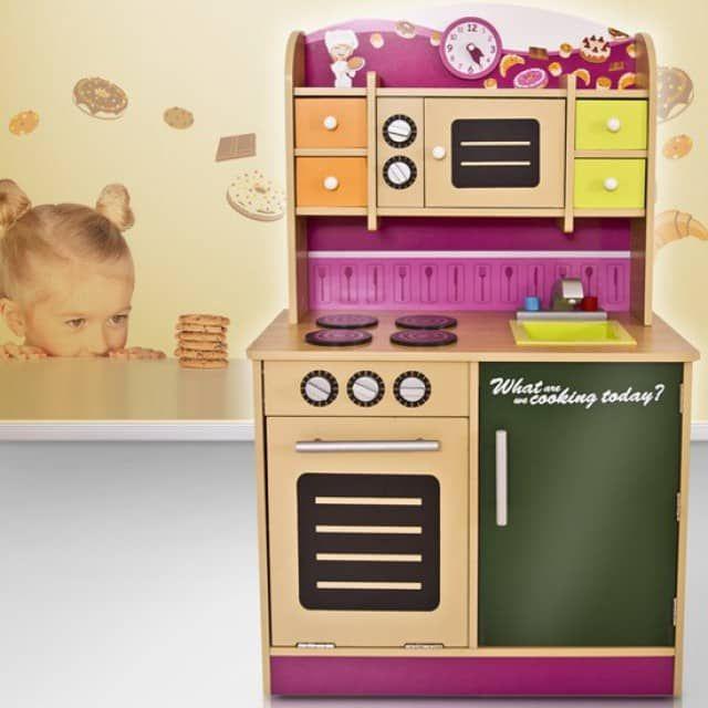 ProduktangebotInfos zum Produkt:ART.-NR.: KDK01 Kinderküche - Was kochen wir heute denn? Mit dieser neuen Kinderküche stehen Ihnen und Ihrem Kind die unterschiedlichsten Möglichkeiten zur Auswahl. Soll nur etwas in der Mikrowelle warm gemacht, eine leckere Pizza belegt und in den Ofen geschoben oder auf den 4 Herdplatten gekocht werden? Lassen Sie Ihr Kind bestimmen, denn in dieser günstigen Kinderküche aus MDF-Platte ist es der Chef des Hauses. Sollte Ihr Kind schon Töpfe und Pfannen sowie…