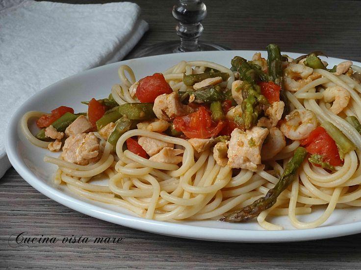 Gli spaghetti asparagi e salmone, una pasta ricca di contrasti, originale e da gustare in primavera quando gli asparagi sono di stagione!