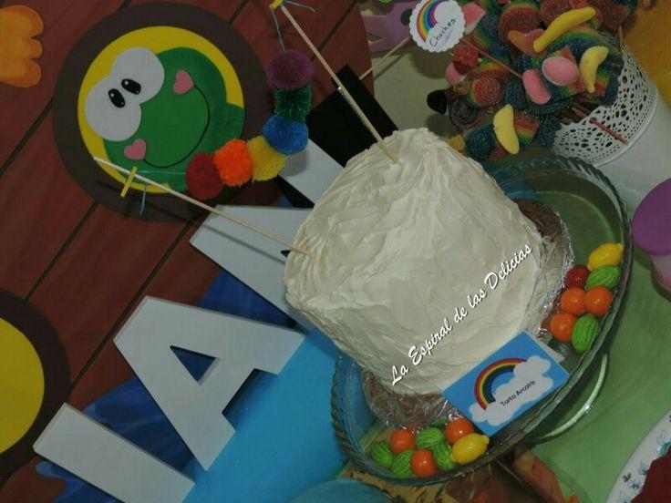 Tarta arcoiris en mesa dulce arca de Noé. 1er cumple de Ían.