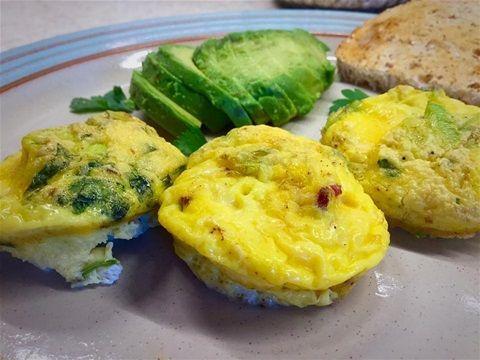 Lunsjmed eggemuffins fylt med biffbacon/oksebacon( dvs okse tiberedt som av svin) , chevre, purre og persille.  Avocado og litt brød, enkelt og godt😊❤️