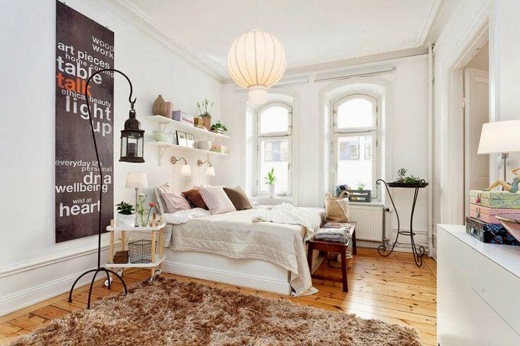 białe wnętrza, sypialnia, półki, łóżko, narzuta, lampion, dywan, dywanik, stolik