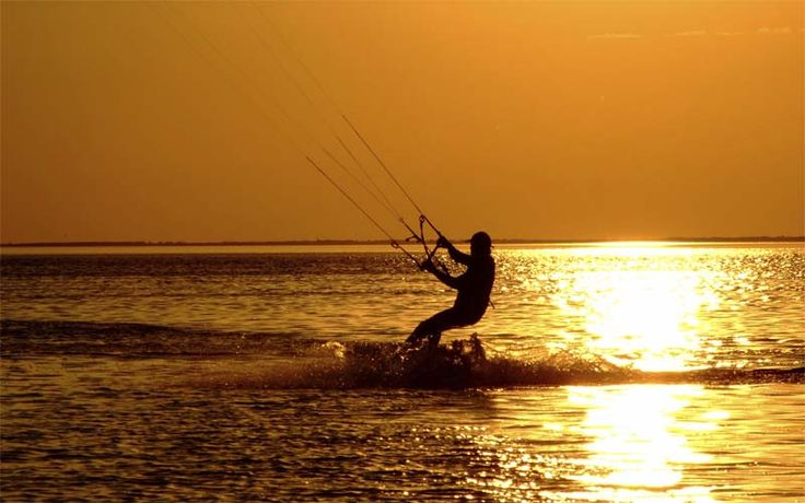 Ontdek het ongerepte schiereiland van Kalpitiya, een prachtig natuurgebied met een lagoon aan de landzijde en de Indische Oceaan met dit prachtige uitzicht. Zoals te zien is, is Kalpitiya ook zeer geliefd bij kitesurfers.
