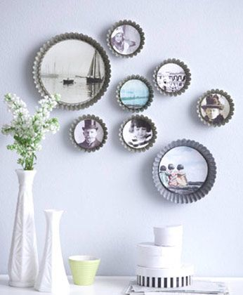 For this original picture frame you just need a couple of old bakeware, scissors and glue. Photos on the particular size, crop, stick it in the frame and attach the small works of art with an adhesive hook on the wall.