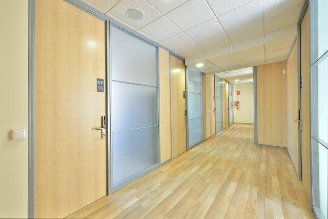 Tenemos 12 despachos, 2 salas de reuniones y una sala de formación.