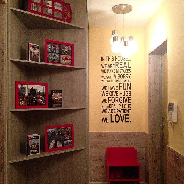 Меня просили почаще показывать наш #дом_разноцветных_окон. Ну что ж, начнем с прихожей. Не судите строго, так как я не просто ни разу не дизайнер - это вообще был первый в моей жизни ремонт, да еще и на 8-9 месяцах беременности  Прихожая у нас маленькая, поэтому из мебели в ней только встроенный шкаф с зеркальными дверцами и скамейка. У меня была задумка оформить каждое помещение в квартире с какой-то доминирующей идеей. В прихожей это идея путешествий - на полках стоят путеводители и наши…