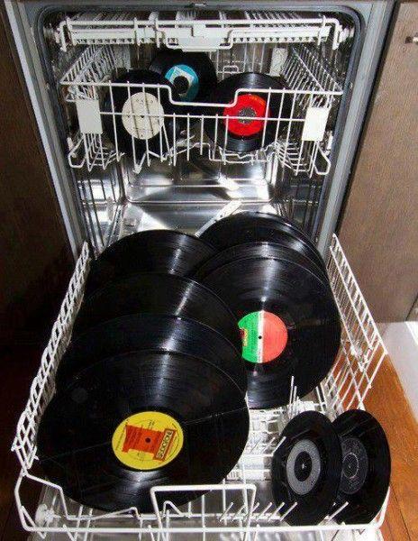 Sauber wird das gute Vinyl mit Sicherheit, nur abspielen wird man es leider danach nicht mehr können.