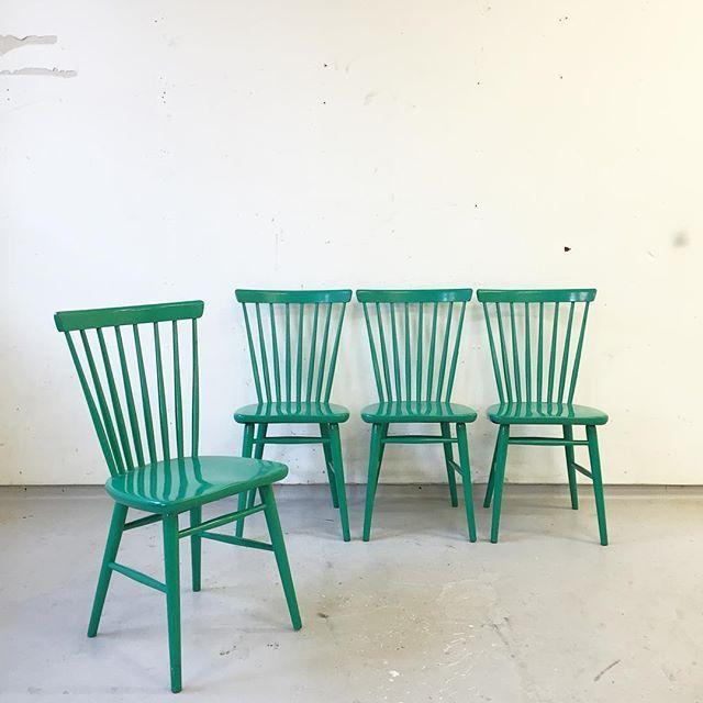 4 st väldigt fina pinnstolar, målade i grönt och med rätt patina osv. Stabila och fina!