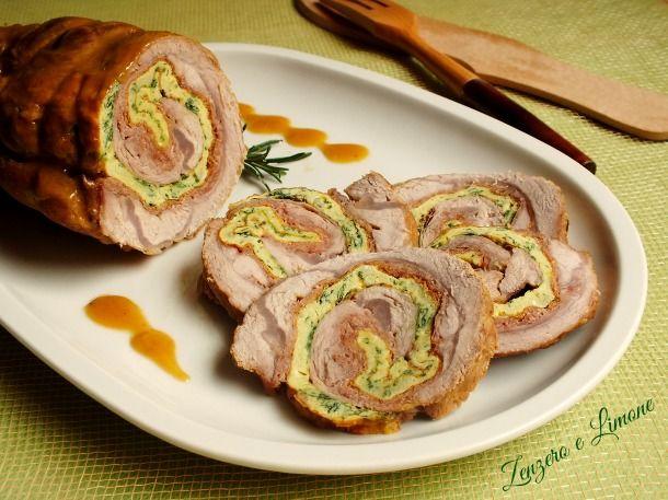 Il rollé di vitello è un arrosto arrotolato reso molto saporito dalla presenza del prosciutto e della frittata e dalla cremosa salsa con cui viene nappato.