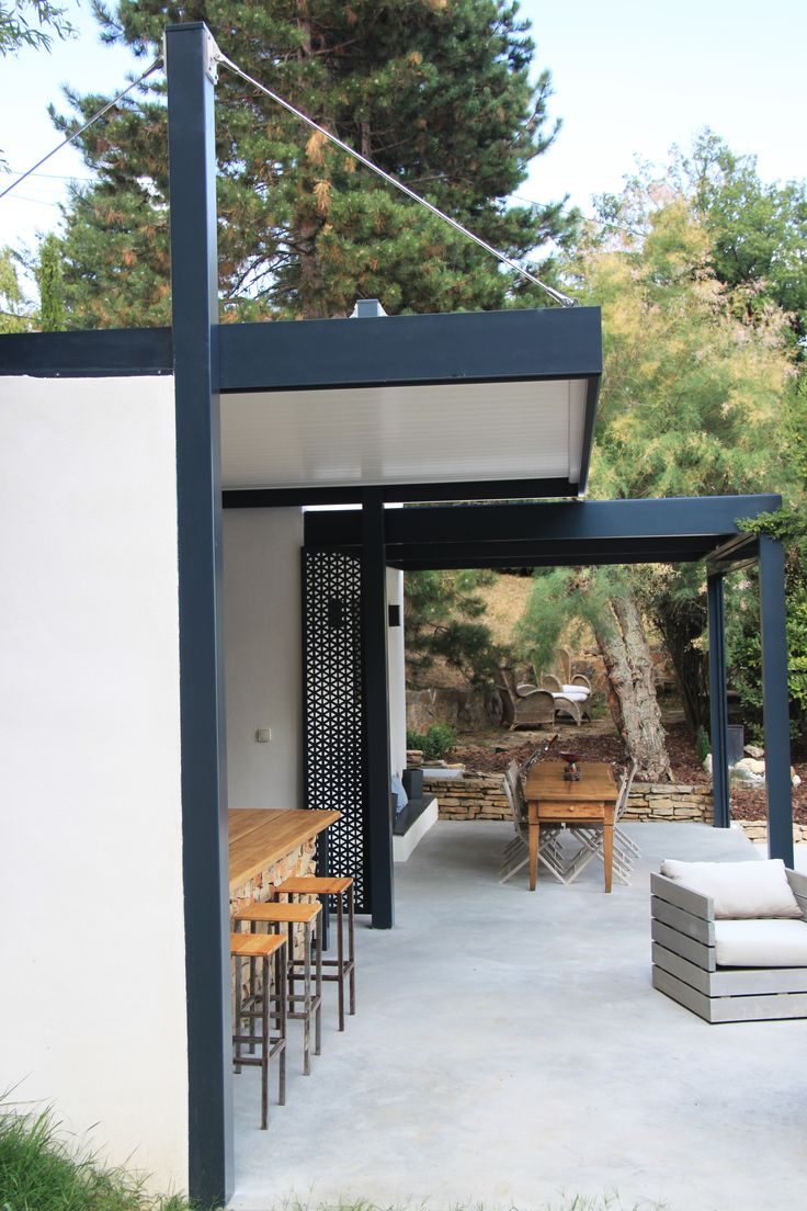 Grande Terrasse En Beton Cire Avec Espace Salon Repas Bar Et Barbecue Couverte En Partie Par