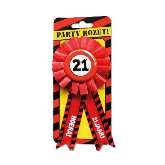 Leeftijden rozet 21 jaar. Rode verjaardagsrozet met de tekst: Hoera! 21 jaar! Materiaal: stof en metaal.