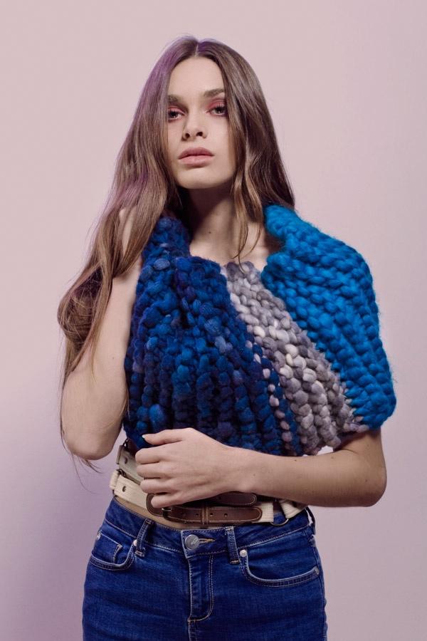 OSMIA, detalle cuello capullo, gran tejido de vellón de la más suave lana merino