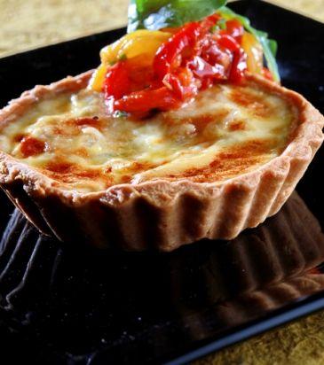 Τάρτα με κατσικίσιο τυρί, καραμελωμένα κρεμμύδια και σαλάτα από ψητές πιπεριές   Γιάννης Λουκάκος
