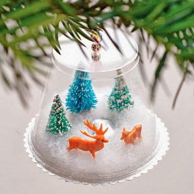 """Une idée vite faite en passant, pour fabriquer de jolies suspensions de sapin. Un gobelet transparent, un peu de fausse neige, une rondelle de carton et 2-3 sujets de noël, c'est tout ce qu'il vous faudra pour réaliser cette """"boule"""" de Noël pleine de poésie. Et en plus, c'est un bon moyen de recycler les verres en plastique!"""