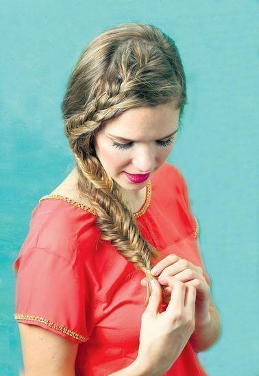 Trenzas, minirodetes, nudos y recogidos. Seis propuestas para lograr peinados trendy Cómo: peinar y hacer una raya al costado. Con el mechón más cercano a la cara hacer una trenza espiga. Con el resto del pelo realizar otra trenza espiga y correrla a un costado. Blusa de seda con cadenita en escote y mangas (Clara Ibarguren) Fuente: lanacion.com.ar #peinadosalcostado #peinadoscontrenzas #peinadosrecogidos