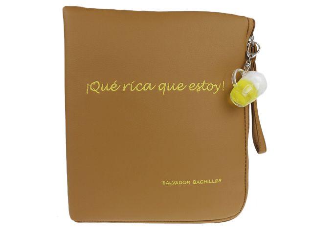 Funda de libro con mensaje ¡QUE RICA QUE ESTOY! (hasta agotar existencias de accesorios). ¡Lo más original y divertido!  Medidas: 13.5 x 24 x 1 cm.