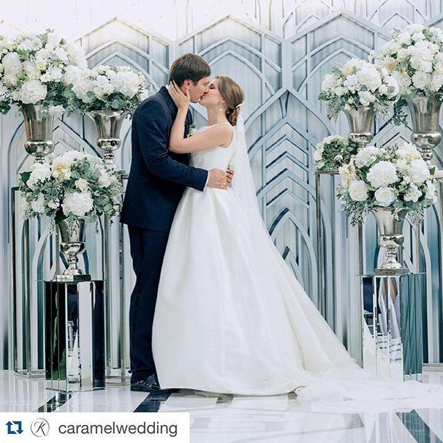 Начало сезона близится - самое время вспомнить наши любимые летние проекты.  #Repost @caramelwedding ・・・ Современный элегантный стиль, графичные формы, зеркальные линии и вензель пары на проходе, роскошные композиции в вазонах на стойках и самое главное украшение влюбленная красивая пара. Photo @ksemenikhin Decor @mezhdu_nami_ Wedding planner @caramelwedding  #декормеждунами #междунами