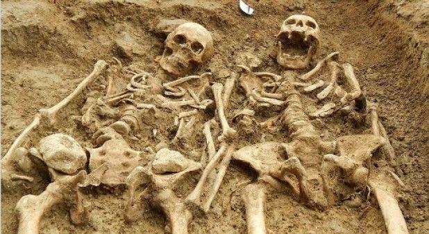 Como en una historia de amor, esqueletos fueron hallados tomados de la mano tras 700 años