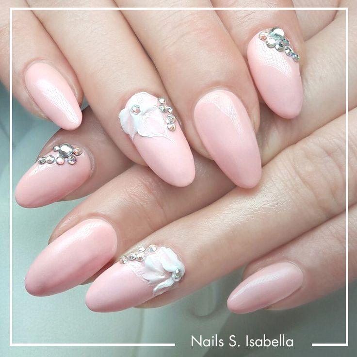 #trendstyle #trends #nailart #strass Rosa darf als Nailart-Farbe natürlich nicht fehlen. Aufgepeppt mit Blüten aus Acryl und glitzernden Strasssteinchen wird ein traumhaft schöner Look daraus.