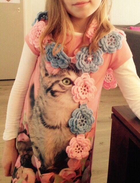 Mijn dochter vindt alles leuk wat mama haakt . Een leuke sjaal voor haar met lichtroze en -blauwe bloemen. Ik heb er zelf een paar parels op gezet zodat de sjaal op zijn plek blijft, zeker bij kinderen handig.