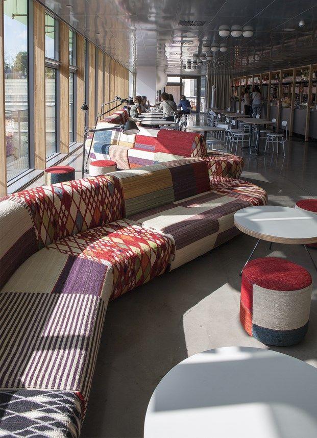La alegre cafetería del Disseny Hub Barcelona, diseñada por el estudio de arquitectura y diseño Catalán & Bergnes.