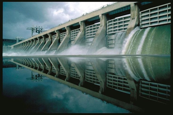 As hidrelétricas que produzem energia neste país incluem cerca de 2.200 usinas hidrelétricas, totalizando 80 GW, gerando cerca de 7% da nossa eletricidade.  Enquanto o noroeste do Pacífico lidera a nação da capacidade instalada, o Nordeste tem o maior número de barragens.  Mostrado aqui é McNary Dam no rio Columbia Perto do Tri-Cities Washington, que produz mais de 5 bilhões kWhs de eletricidade de baixo carbono a cada ano desde 1954. Fonte: DOE