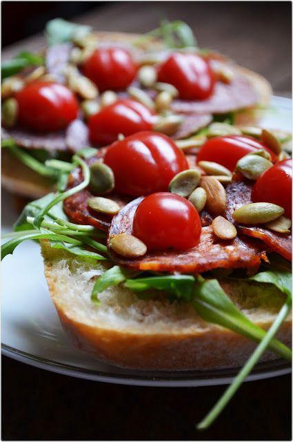 Kanapka z salami, rukolą i pomidorkami #smakpodlasia #kanapka #salami #tradycyjnewedliny #tradycyjneprodukty #zdrowazywnosc #przepisy #sniadanie #regionalneprodukty #wedlinybezchemii