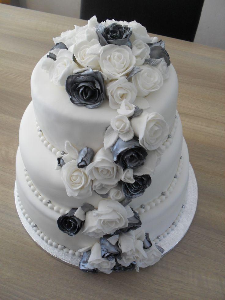 Bruidstraat wit en zilveren rozen/ Bridalcake white and silver roses