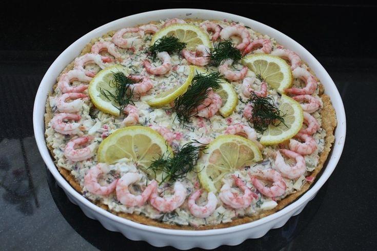 Den här kalla skaldjurspajen är perfekt till midsommar. Antingen om ni dukar upp en stor buffé med massa gottis på, eller till lunchen t.ex om man inte gillar sill och potatis. Eller varför inte äta dentilllunch en varm sommardag. Strunt samma när du äter den. God som tusan är den! Pajdeg: 12