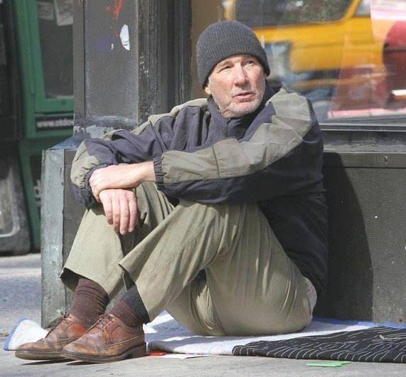 Ричард Гир: «Когда я ходил по Нью-Йорку переодетым бездомным, никто меня не замечал. И я прочувствовал, каково это быть бездомным человеком. Люди просто шли мимо и смотрели на меня с отвращением. Лишь одна дама была добра и дала мне немного еды. Этот опыт