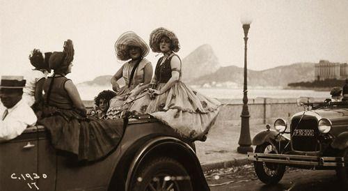 Foliãs posam fantasiadas para o carnaval. Rio de Janeiro, 1930.