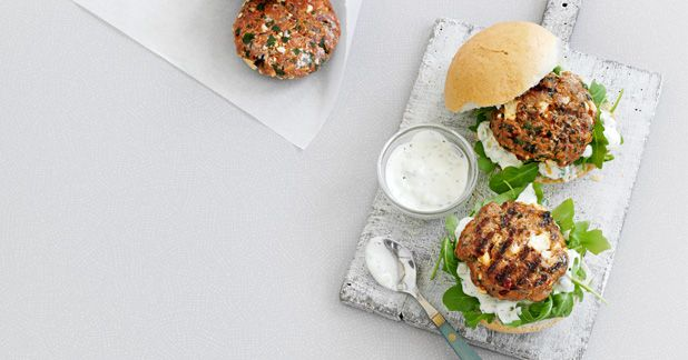 Relleno Congelador: cordero con especias y hamburguesas de queso feta: A clever, make-ahead idea to stock up your freezer, perfect for speedy midweek meals for one.Serve incrusty bunswithrocketandtzatziki. Put 400g lamb mince in a bowlwith 100g crumbled feta, 1 small grated red onion, 1 tbsp harissa and a small handful of chopped parsley. Season well, then form into 4 burgers. Open freeze on a baking …