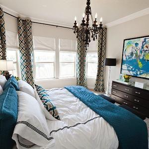 Текстильное оформление спальни в марокканском стиле - два вида штор, подушки, покрывало