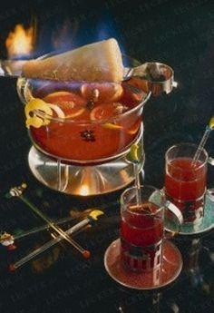 Feuerzangenbowle  je 1 unbehandelte Orange und Zitrone 2 l Rotwein 500 ml Orangensaft 1 Stange Zimt 6 Gewürznelken 4 Sternanis 1 Zuckerhut 1 kleine Flasche (0,35 l) Rum (54 Vol.%)