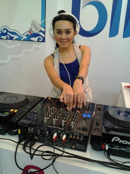 Maaak... ada sexy DJ di sebelah booth IK loooh.. suegeerrrrr