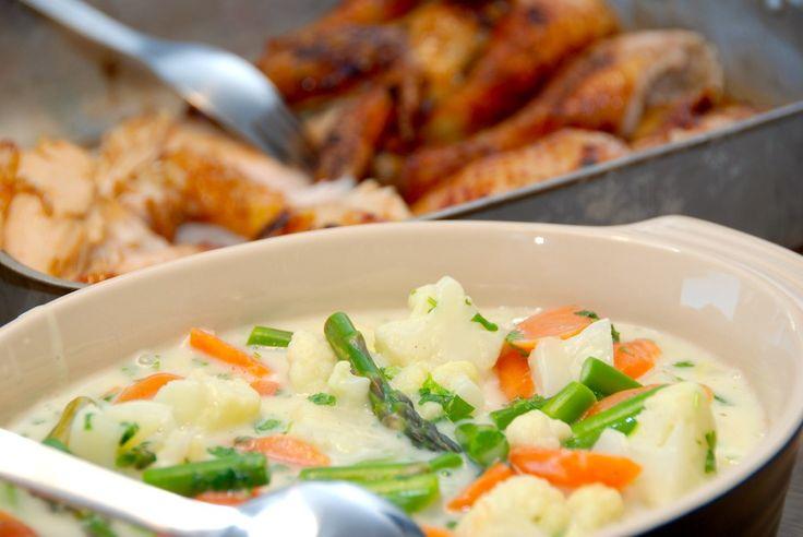 Virkelig lækker opskrift på kylling med hvidløg og grøntsagsfrikasse, der laves med blomkål, gulerødder og grønne asparges. Kylling med hvidløg og grøntsagsfrikasse er dejlig hverdagsmad med masser…