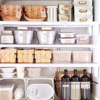 まるで雑貨屋さんのディスプレイのような素敵な冷蔵庫。カゴやケースも色々な種類を組み合わせて、見た目も楽しく美しく。さっそく真似したくなるおしゃれな収納術です♪