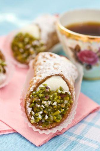 Sicilian cannoli... how can resist?  Cannoli siciliani...come resistere?  www.tortealcioccolato.com