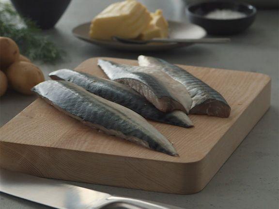 So bereiten Sie ein Makrelenfilet mit Dill-Senf-Kartoffeln zu