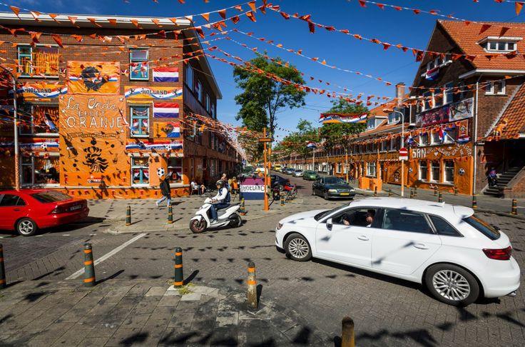 Oranje huizen en huizen die niet meedoen in Den Haag met de versieringen voor het WK in Brazilië.