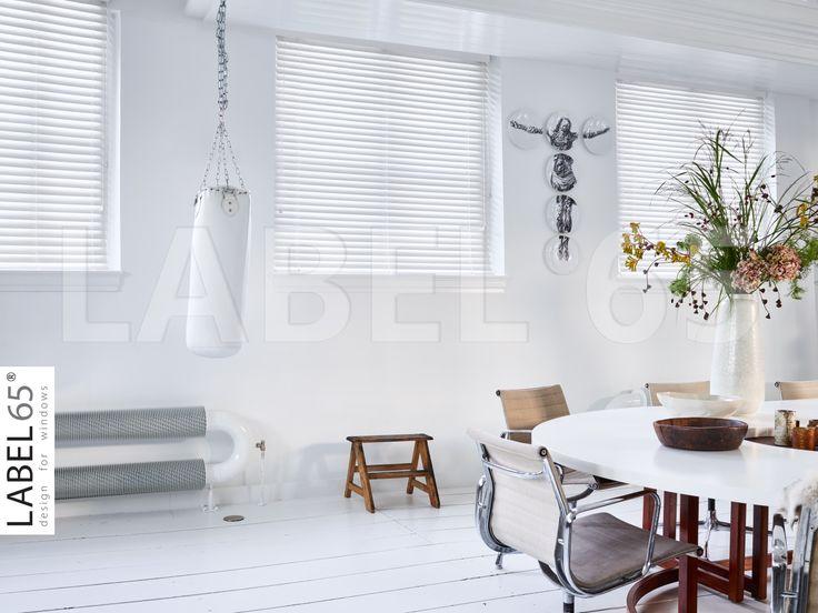 Witte Houten Jaloezieen zorgen voor een rustige, maar daarnaast ook rustieke uitstraling in huis. Of je nu een oud huis, of juist een moderne woning hebt.Kijk op www.houtenjaloezieenshop.nl