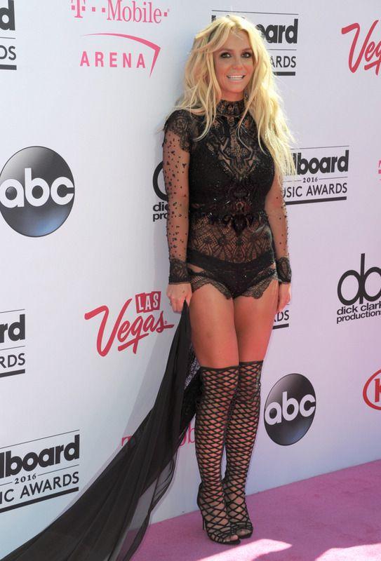 Britney Spears, que recibió el Premio Millennium de este año, acudió a la gala con un provocativo vestido negro con cola, transparencias y bordados de Reem Acra, botas mosqueteras de rejilla y joyas de Jacob and Co.