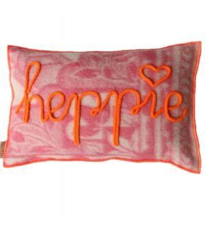Kussenhoes van retro wollen dekens in rozetinten . De hoes is afgewerkt met neon oranje lockgaren en heeft in gepunnikte letters het woord HEPPIE aan de voorzijde. Deze hoes sluit met twee knopen. De prijs is exclusief binnenkussen. Het veren binnenk...