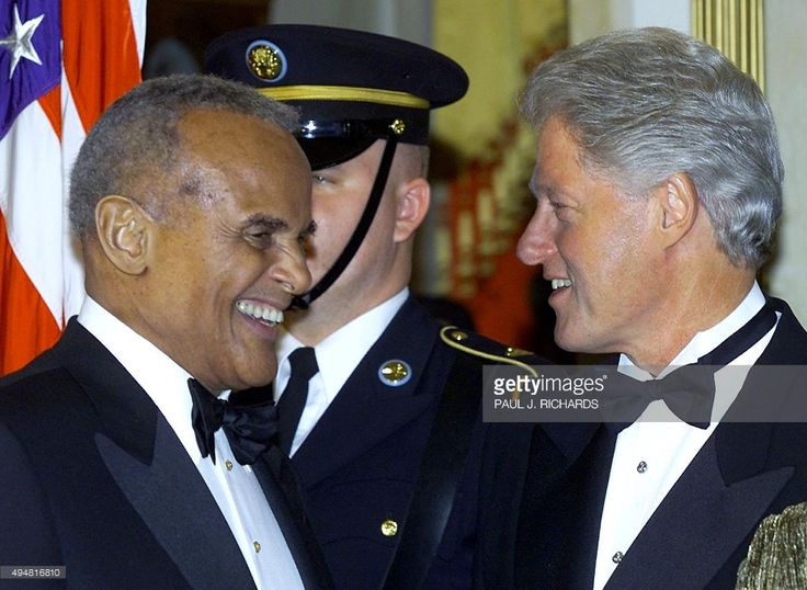 Singer Harry Belafonte(L) and US President Bill Clinton(R) talk in the reception line as Clinton hosts a State Dinner for South African President Thabo Mbeki and his wife late 22 May 2000 at the White House in Washington, DC. (ELECTRONIC IMAGE) AFP Photo Paul J. RICHARDS / AFP / PAUL