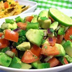 Een salade bij de lunch, lekker en zo eet je met gemak aan genoeg groente.