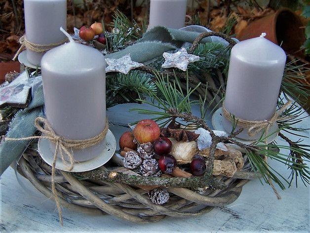 Adventsstimmung...schöne Natur...  die Kerzenhalter (Metall,creme) sind auf einem schönen Weidenkranz angebracht...Nobilistanne,Kiefernzweige,Birkensterne,echte Malusäpfelchen,Bänder...und...