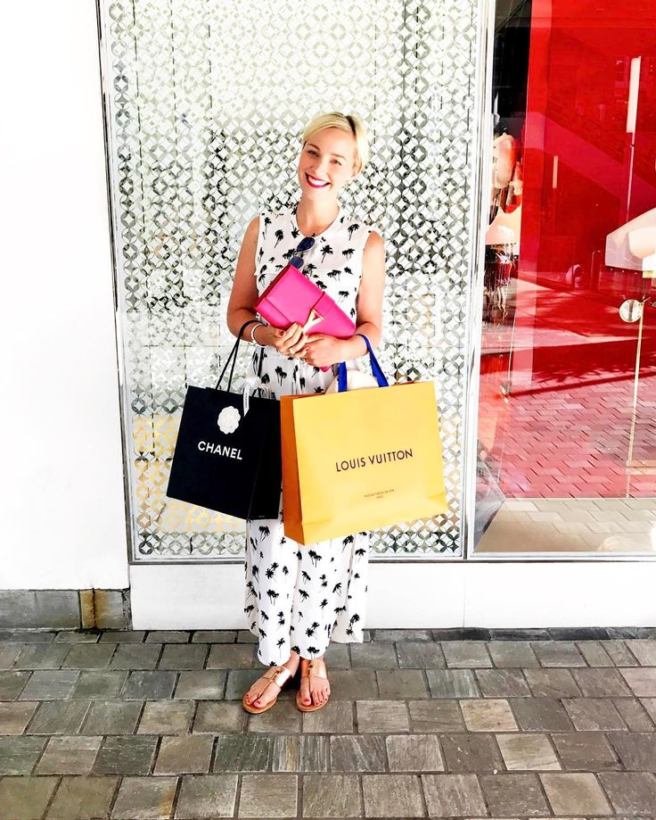 I love having time in Hawaii to stroll around the shops. Ala Moana is the perfect outdoor mall. 😍#hawaii #shopping #chanel #louisvuitton